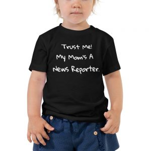 trust me my mom's a news reporter black toddler tee